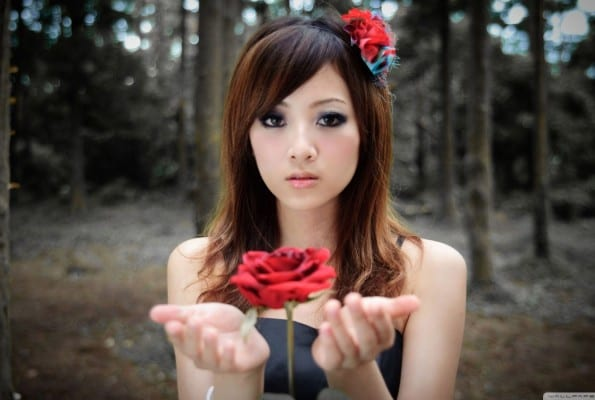 girl_with_red_rose-wallpaper-1600x900-595x400